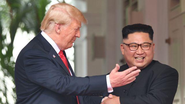 Histórico: Trump y Kim Jong Un se dieron la mano