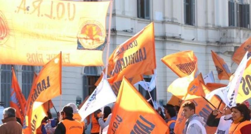 Ladrilleros marcharon a Casa de Gobierno y pidieron una audiencia con Bordet