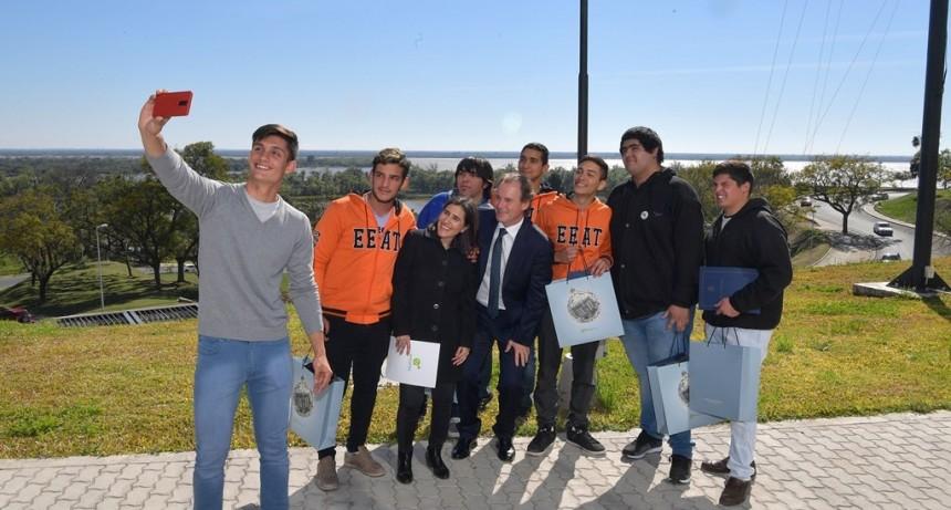 Bordet recibió a los alumnos entrerrianos que viajan a Sudáfrica inspirados por la figura de Mandela