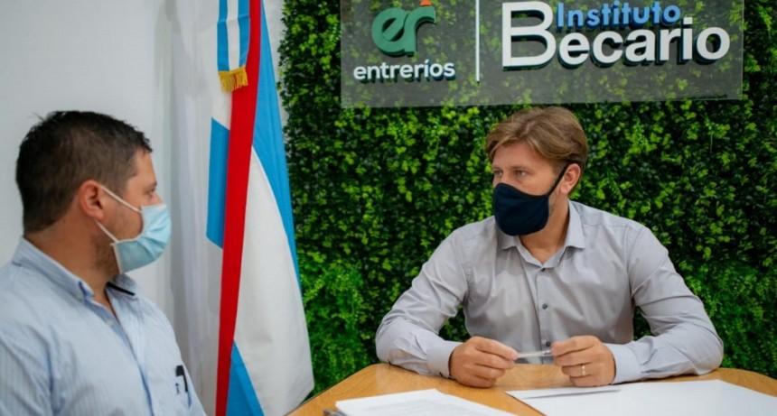 Continúa la firma de contratos entre el Instituto Becario y los transportistas escolares rurales