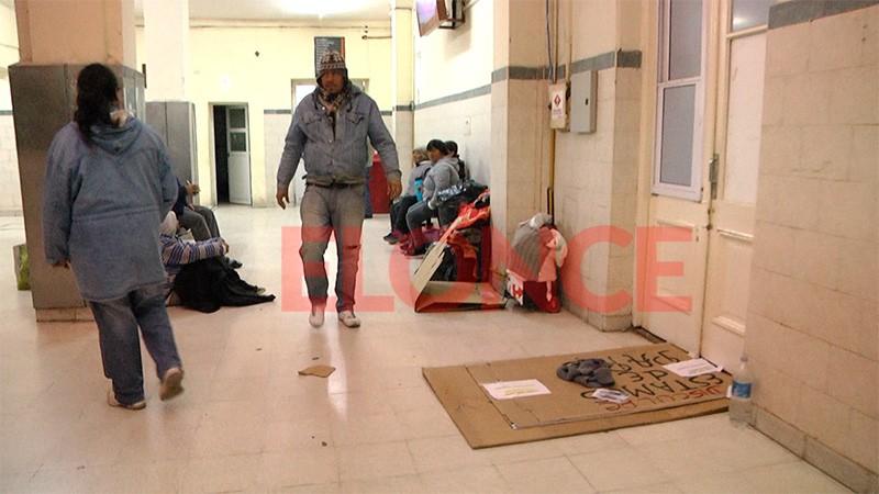 Crece la cantidad de personas que duermen en el hall del hospital San Martín