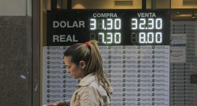El dólar sigue sin encontrar techo: se disparó 50 centavos y superó los $ 32 por primera vez